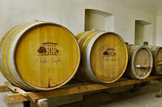 Botti di vino in cantina Villa Guelpa - Sito Web